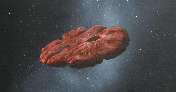Vue d'artiste du petit corps d'origine interstellaire Oumuamua. On voit sur un fond noir étoilé, un disque de couleur rougeâtre, irrégulier, avec au milieu vers la droite un cratère assez important.