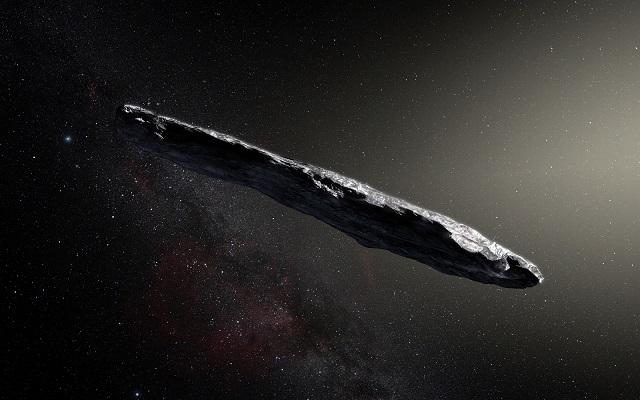 """Vue d'artiste d'Oumuamua : sur un fond noir étoilé, on voit un corps oblong, ovoïdal allongé, de couleur gris anthracite et éclairé par le Soleil depuis la droite de l'image. C'est l'éventualité """"cigare""""."""