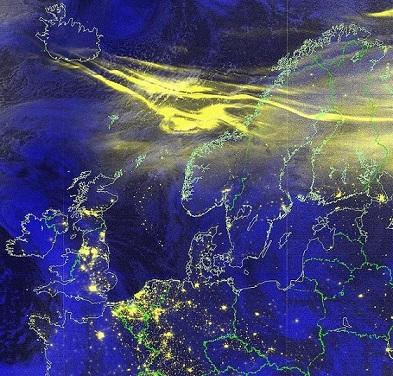 Image satellite d'une aurore polaire sur le nord de l'Europe : on voit en bleu marine l'Europe, et en jaune comme un nuage qui représente l'aurore polaire au-dessus de la Suède, de la Finlande et de la Norvège, et étendu jusqu'à l'Islande.