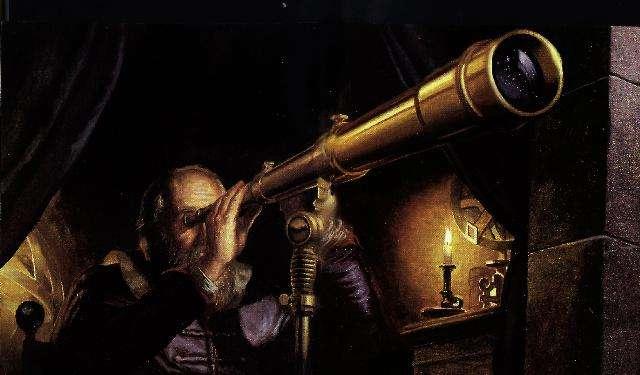 Dessin en couleurs sombres qui représente Galilée, barbu, vêtement bleu marine avec col blanc, son œil droit observant dans sa lunette pointée dans une fenêtre ouverte. La lunette est dorée et pointée vers la droite de l'image, dans la lentille on voit se refléter des étoiles. La scène est éclairée par la lumière d'une bougie.