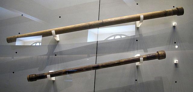 Deux lunettes de Galilée accrochées au mur dans une vitrine, l'une au-dessus de l'autre, au Musée Galilée à Florence. Celle du haut est plus grande et plus claire.