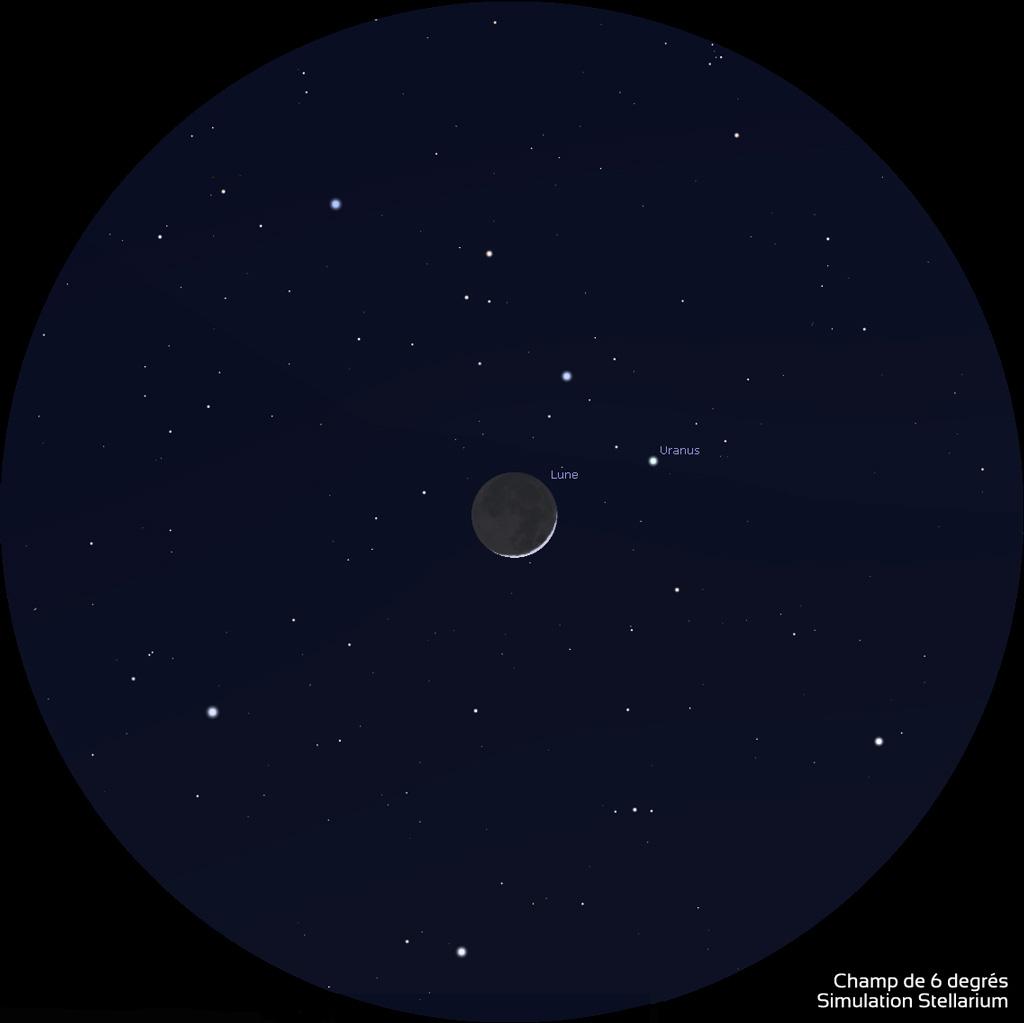 Aspect du fin croissant de Lune et d'Uranus dans des jumelles de type 10x50 (champ de 6 degrés), le 3 avril 2022 vers 21h30 (heure de Paris) : Le fin croissant de Lune est accompagné de la lumière cendrée et Uranus se trouve en haut à droite.