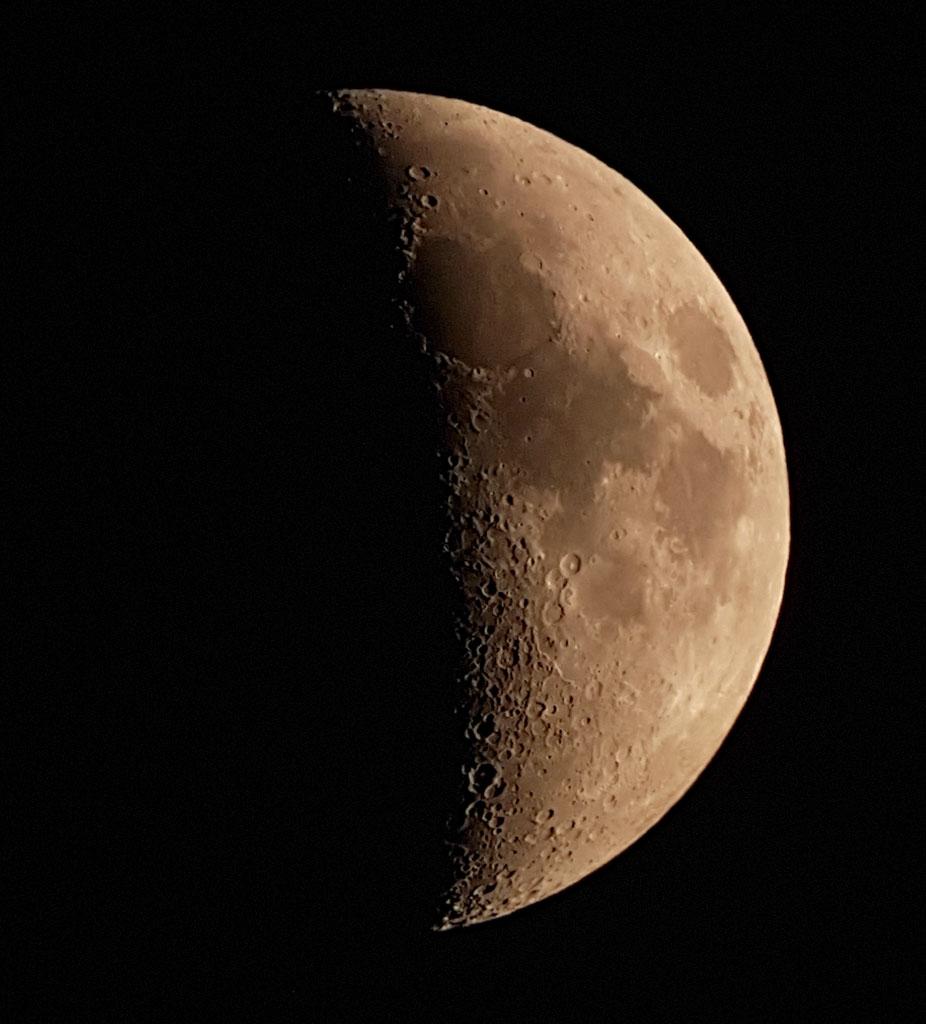 Image de la Lune proche de son premier quartier, elle est vue en entier.