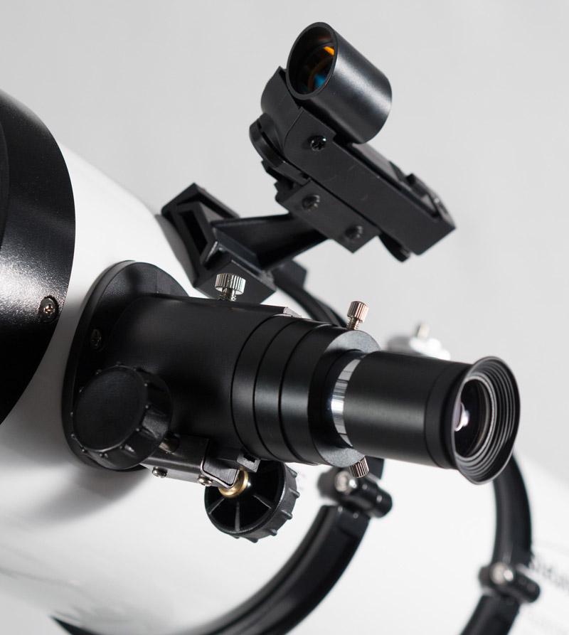 Photo du porte-oculaire du Stelescope 130 avec en dessous, les deux molettes noires qui permettent de régler la mise au point. Un oculaire est en place sur le porte-oculaire.