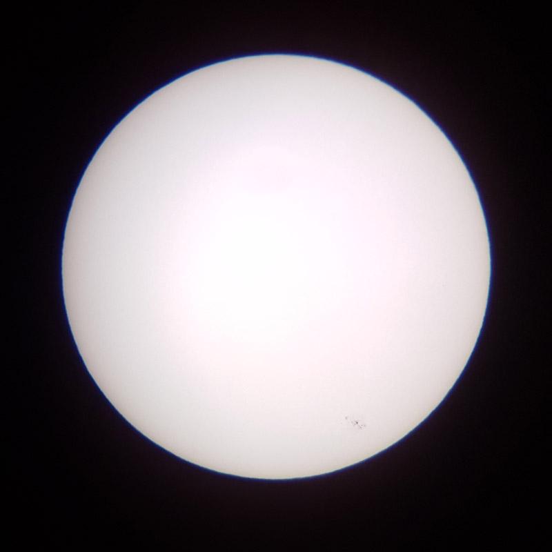 Image du Soleil en entier, avec un groupe de tahces soalires en bas à droite.