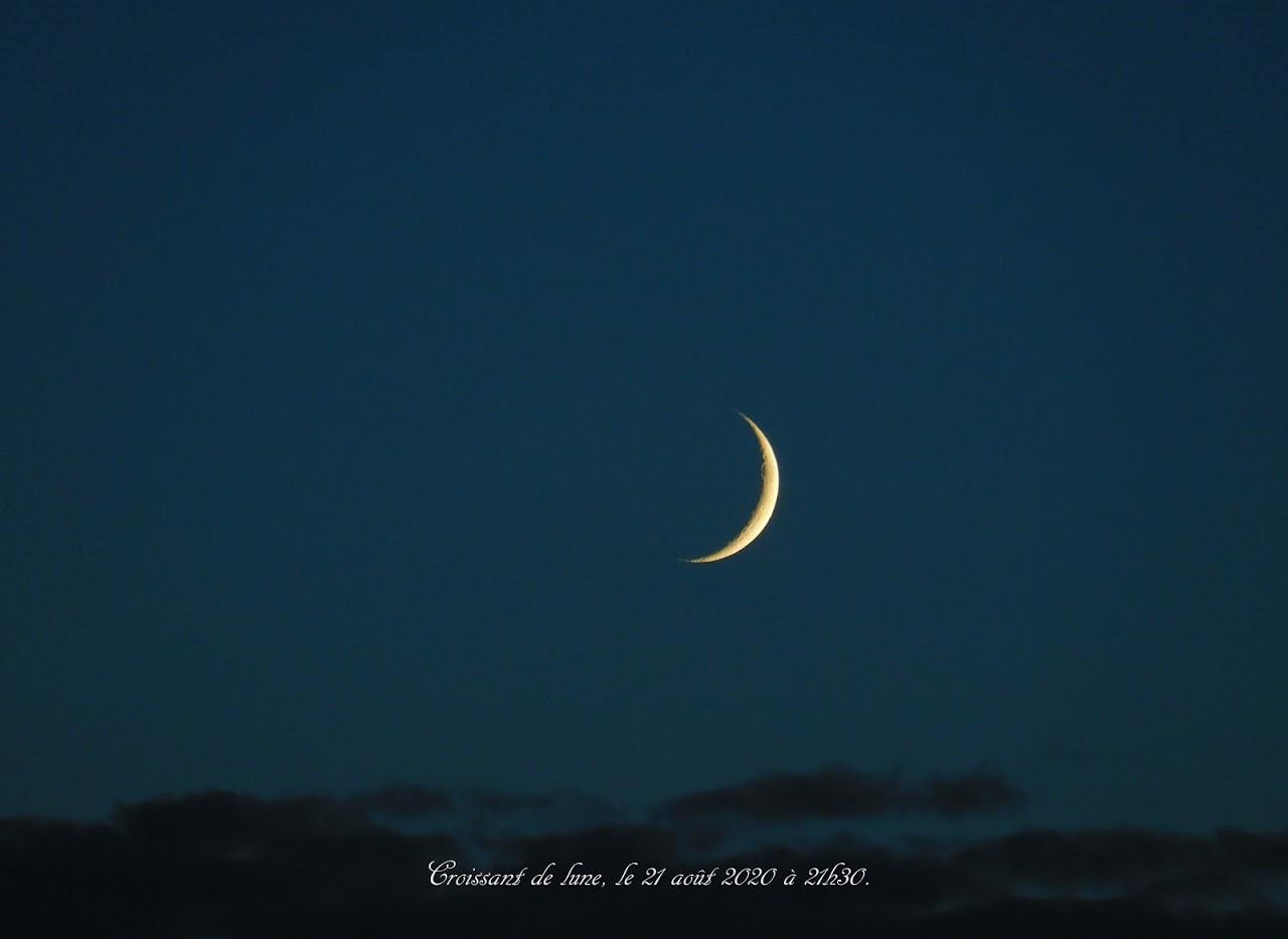 Croissant de lune sur lit de nuages.
